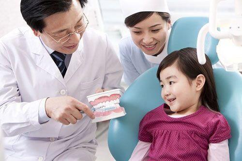 Tại sao trẻ cần được điều trị răng hàm mặt sớm
