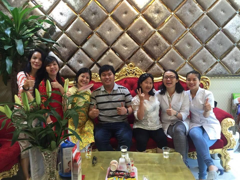 y bác sĩ chụp ảnh cùng với khách hàng tại Đăng Lưu